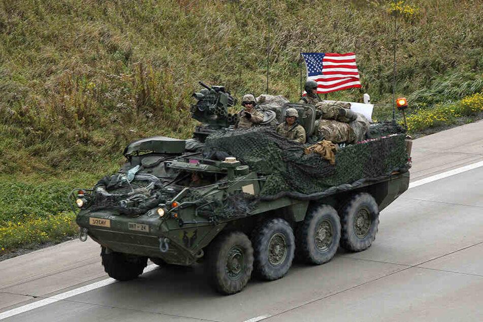 Militärkonvois der US-Armee fahren durch Sachsen nach Polen.