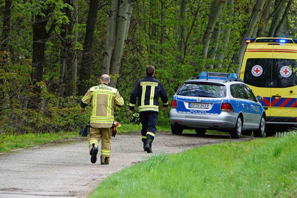 Feuerwehrleute sind am Gründonnerstag auf dem Weg zum Vorstau des Bautzener Stausees, wo ein Mädchen (3) regungslos im Wasser trieb.
