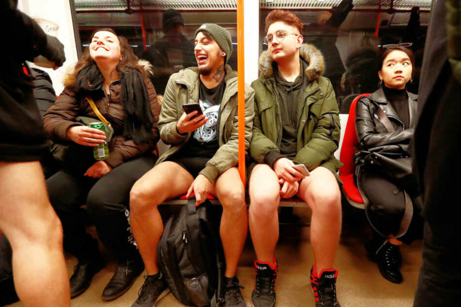 """Bahnfahrer nehmen in Prag (Tschechische Republik) am jährlichen """"No Pants Subway Ride"""" teil."""