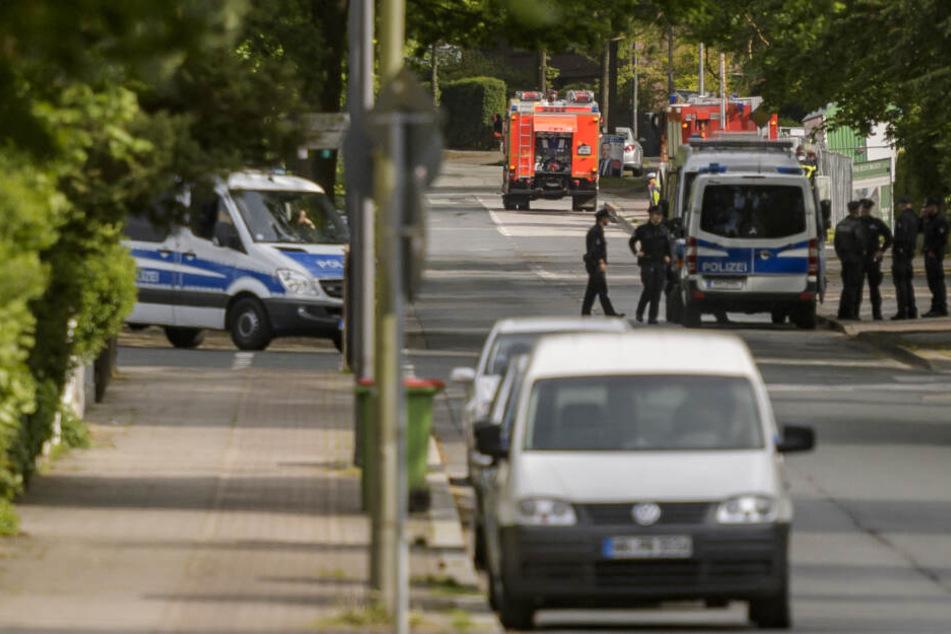 Polizisten informieren Anwohner über den Fund einer Weltkriegsbombe in einem Wohngebiet im Hamburger Stadtteil Heimfeld.
