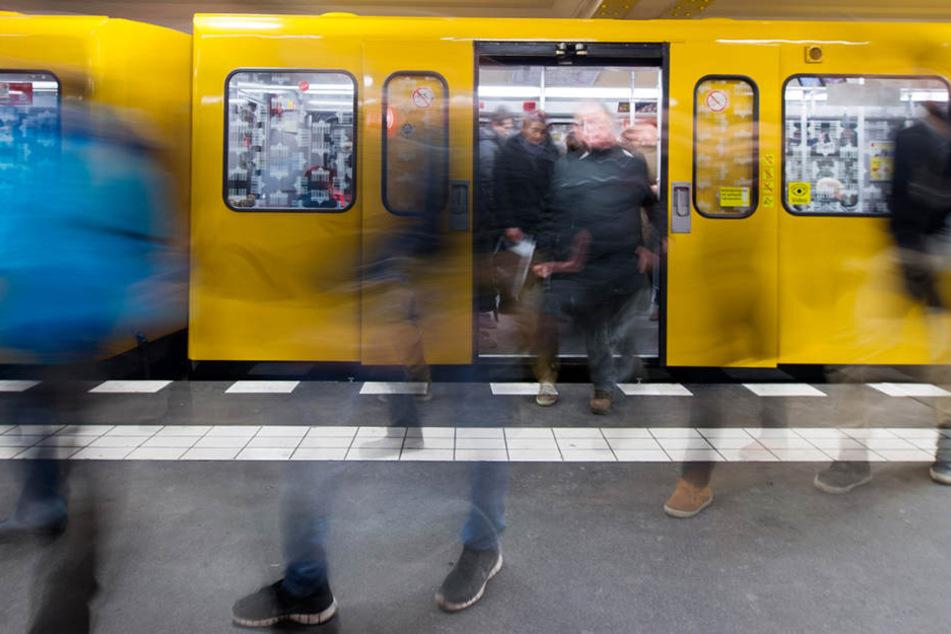 Nur wenige Tage nach dem feigen Angriff auf eine Frau in der Berliner U-Bahn ist es am Wochenende erneut zu einem brutalen Übergriff gekommen (Symbolbild).