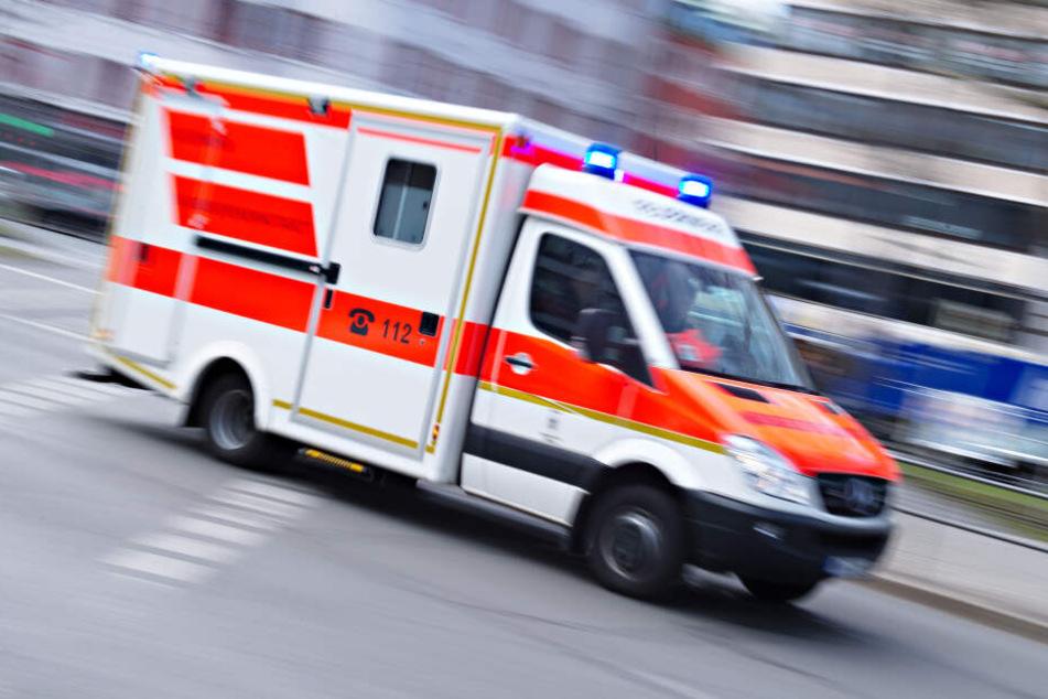 Ein Rettungswagen eilt mit Blaulicht zu einem Vorfall (Symbolbild).