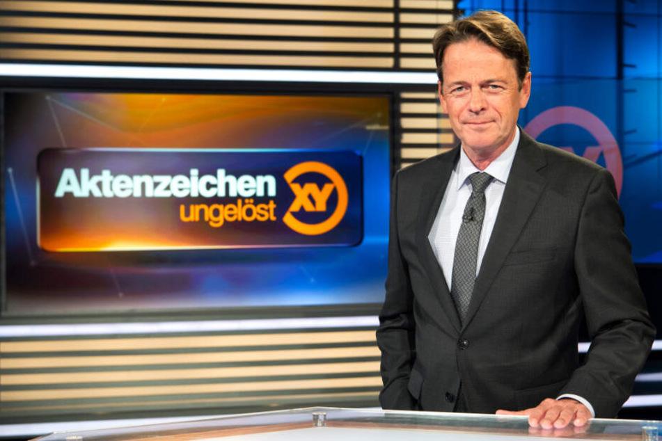 """ZDF-Moderator Rudi Cerne im Studio von """"Aktenzeichen XY ... ungelöst""""."""