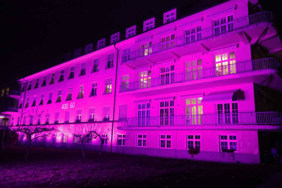 Die Frauenklinik in Chemnitz erstrahlte am Sonntag in pink.