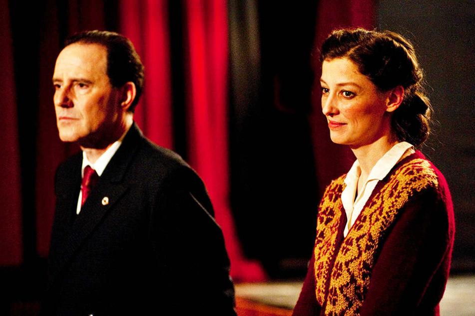 """Antonia Berger (r., Alexandra Maria Lara) ordnet sich dem Parteifunktionär Leo Silberstein (Stefan Kurt) unter und arbeitet im """"Haus des Volkes""""."""