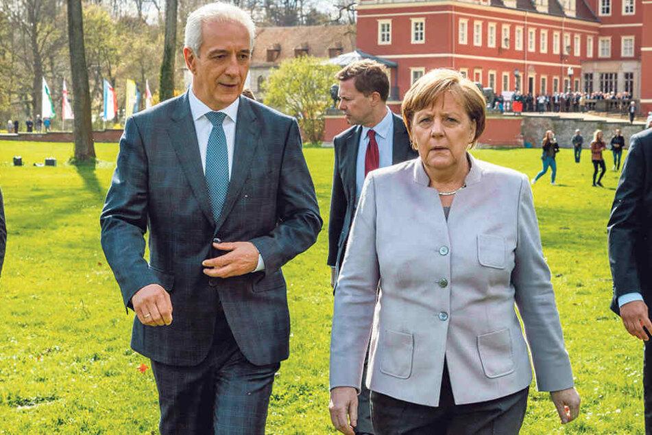 Noch-Regierungschef Stanislaw Tillich (58, CDU) ist derzeit Chef der  Ministerpräsidentenkonferenz-Ost. Er bittet Kanzlerin Angela Merkel (63, CDU) im  Namen aller Amtskollegen, den Osten nicht zu vergessen.