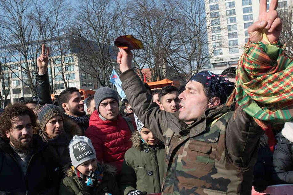 Zu Beginn der Protestaktion trafen sich die Demonstranten am Neptunbrunnen.
