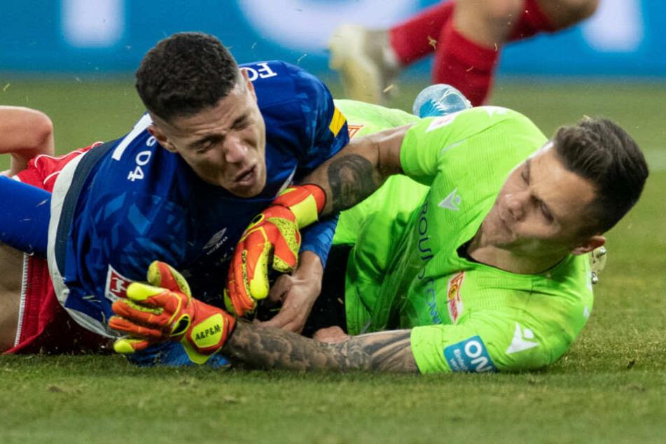 Unions Rafal Gikiewicz (r.) im Zweikampf mit Schalkes Armine Harit (l.). Der Keeper kann am Sonntag wieder spielen.