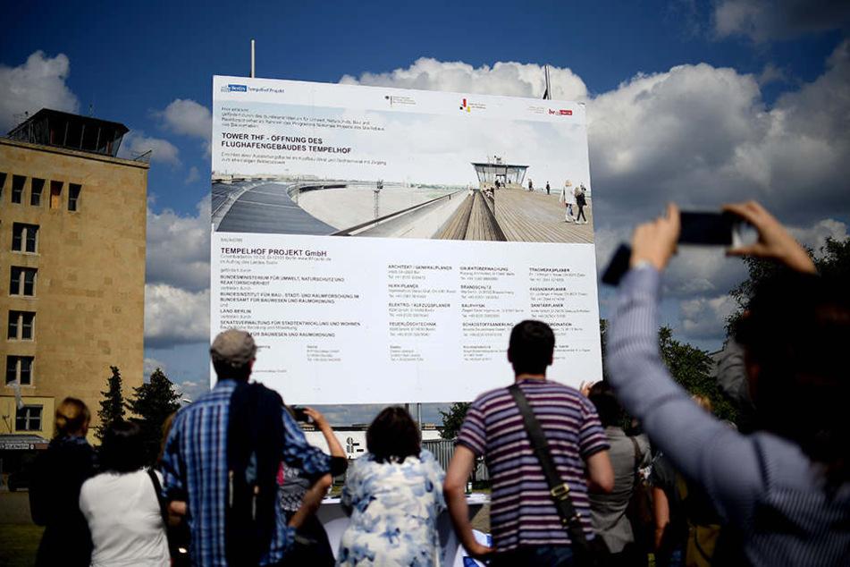 """Das Baustellenschild für das Projekt """"Tower THF"""" wird enthüllt und informiert über die angehenden Baumaßnahmen."""