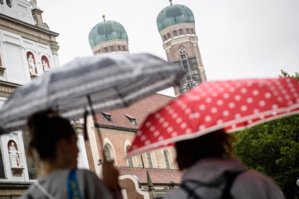 Auch in München dürften am Wochenende aufgrund des Wetters etliche Regenschirme zu sehen sein.