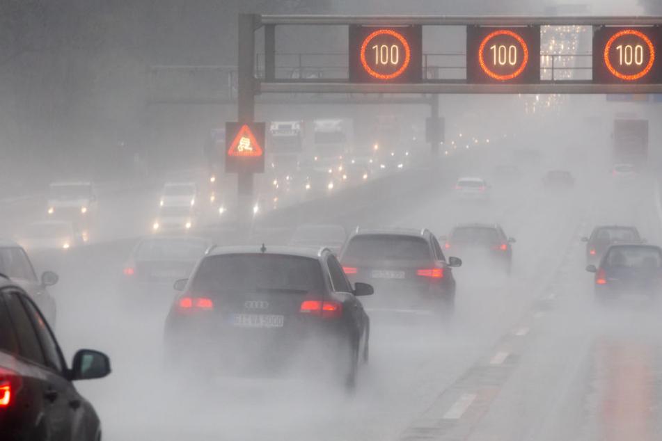 Auch die Autofahrer hatten mit den starken Regenfällen zu kämpfen.
