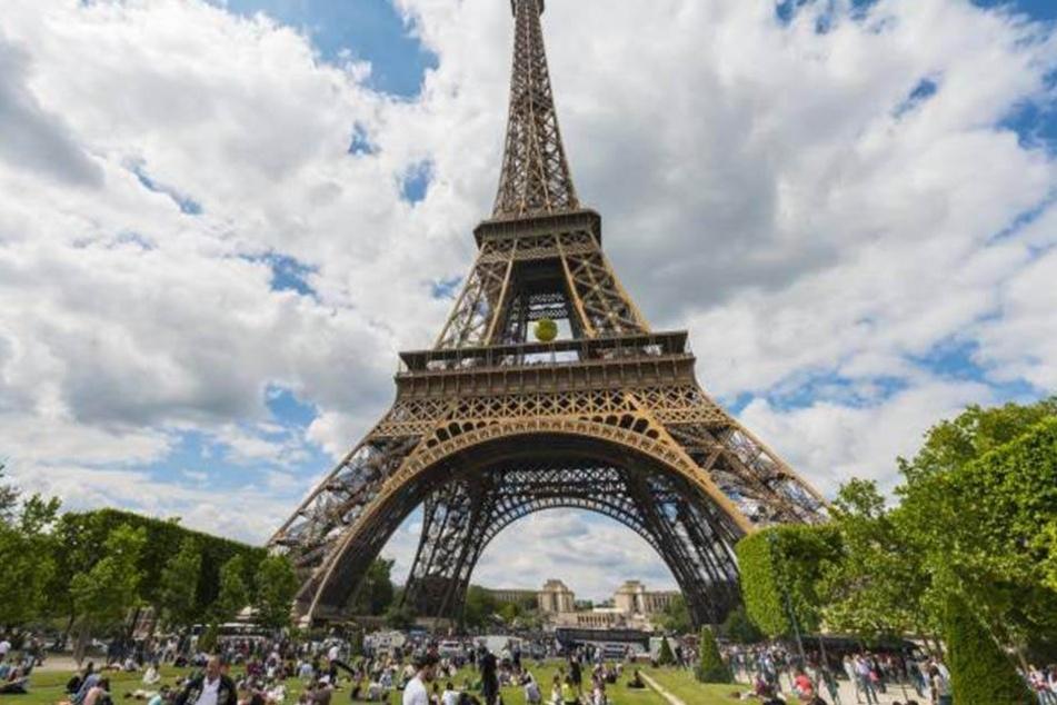 Dieses Foto ist erlaubt. Denn nur die romantische Beleuchtung macht den Eiffelturm zum No-Go bei Instagram und Co.