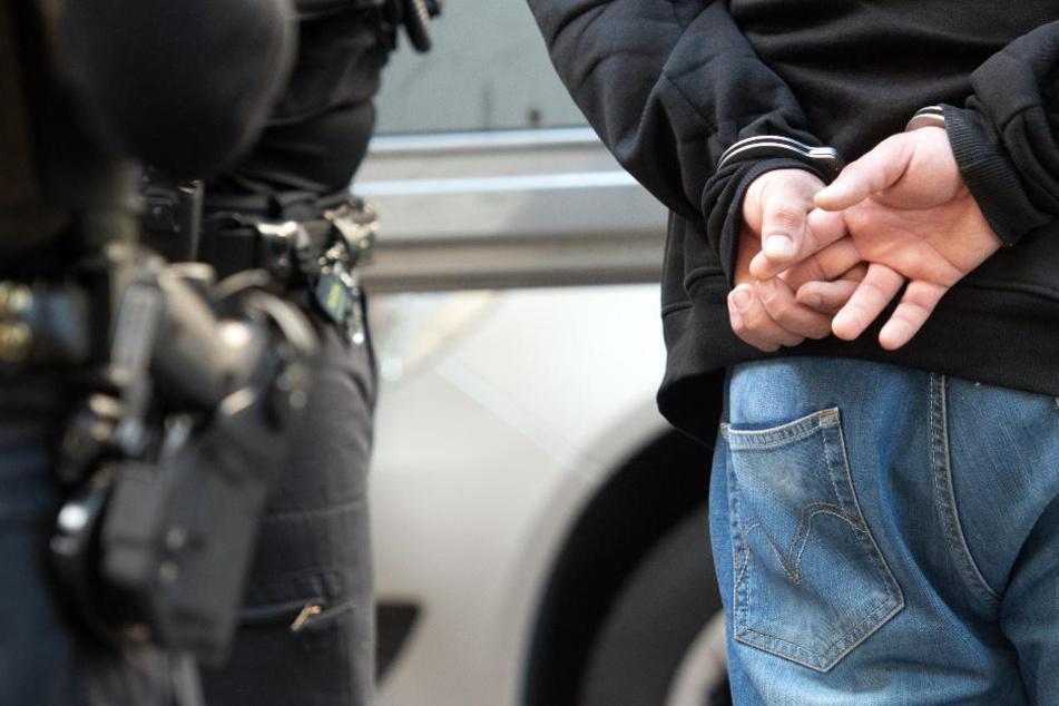 Polizisten nehmen während eines Einsatzes am Adenauerplatz einen Mann fest.