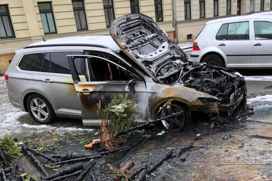 In der Nacht zum Samstag brannte in der Charlottenstraße, Ecke Kippenbergstraße, ein Pkw komplett aus. Drei weitere wurden beschädigt.