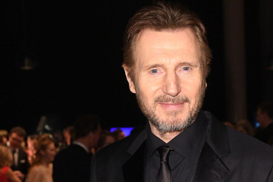 Schauspieler Liam Neeson (68) geht 2018 bei der 53. Verleihung der Goldenen Kamera über den Roten Teppich in Hamburg. 2021 soll sich der Hollywood-Star ein weiteres Mal für Dreharbeiten in Berlin aufhalten. (Archivfoto)
