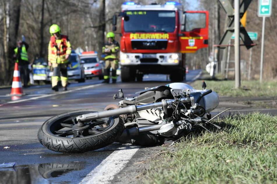 Ein Motorradfahrer wurde im Havelland von einem Zug getötet.