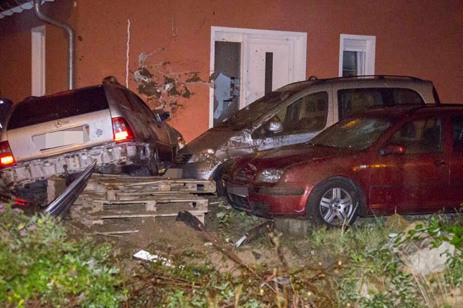 Der Mercedes erwischte zwei auf dem Grundstück stehende Autos und knallte dann in eine Hauswand.