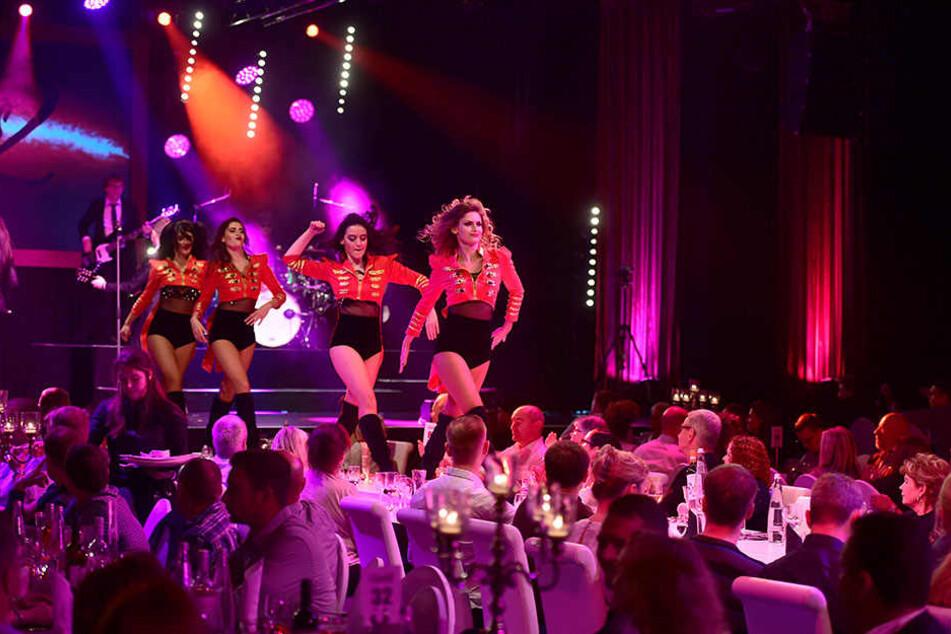 """Bei """"Moments 2"""" wird der Tisch zur Bühne: Die Tänzerinnen vom """"Ballett Tabasco"""" aus der Ukraine heizten dem Publikum ordentlich ein."""