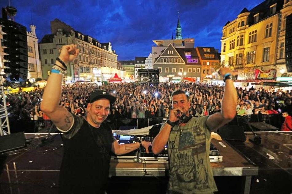 Das DJ-Duo von Stereo Act beschallte schon am Freitagabend den Hauptmarkt. Die Jungs aus dem Erzgebirge hatten dabei genauso viel Spaß wie das Publikum.
