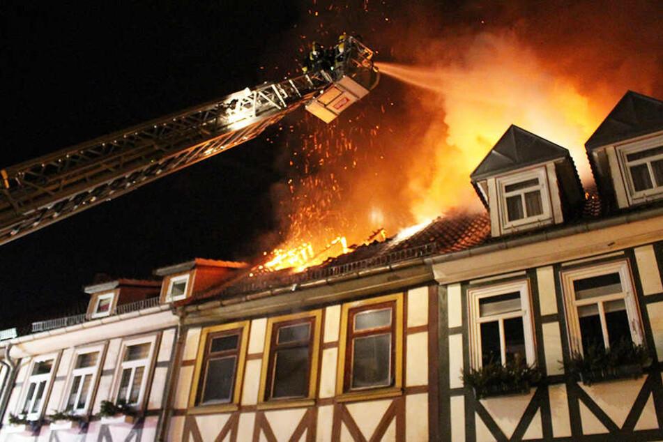 Mit einem Großaufgebot kämpften die Einsatzkräfte gegen den Großbrand.