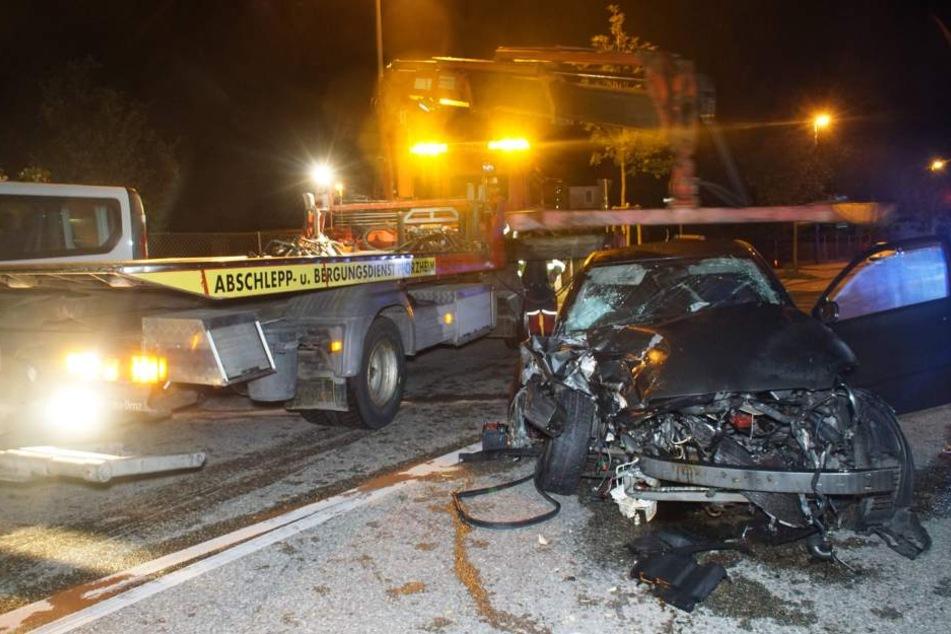 Der 19-Jährige und seine gleichaltrige Beifahrerin mussten schwer verletzt in eine Klinik gebracht werden.