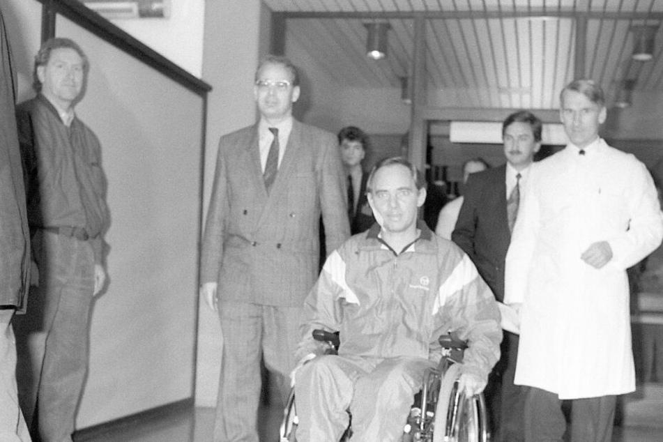 Wolfgang Schäuble wurde 1990 Opfer eines Attentats. Ein psychisch Kranker schoss mit einem Revolver auf den damaligen Bundesinnenminister während einer Wahlkampfveranstaltung. Seitdem sitzt Schäuble im Rollstuhl