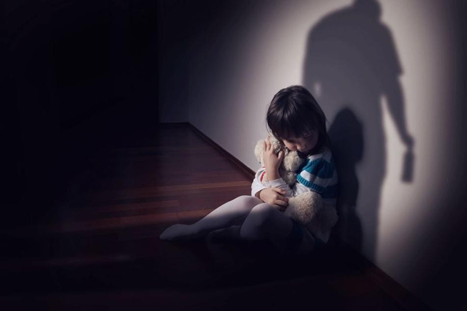 Hunderte Verdachtsfälle werden jährlich von Kinderschutzambulanzen in Berlin behandelt (Symbolbild).