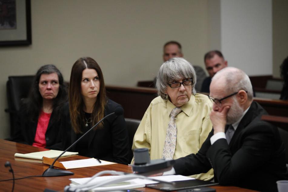 David Turpin (2.v.r.) und seine Frau Louise (l) hören auf ihre Anklagen, während sie von ihren Anwälten, Allison Lowe (2.v.l.) und David Macher (r) während einer Gerichtsverhandlung begleitet werden.