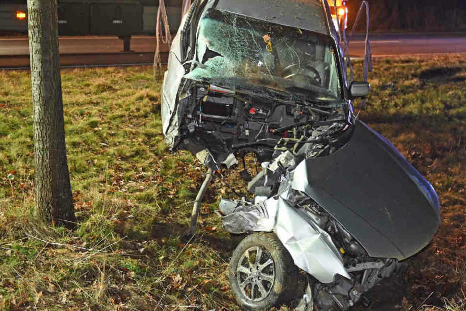 Unfall bei Bautzen: Mazda rast gegen Baum und wird geteilt