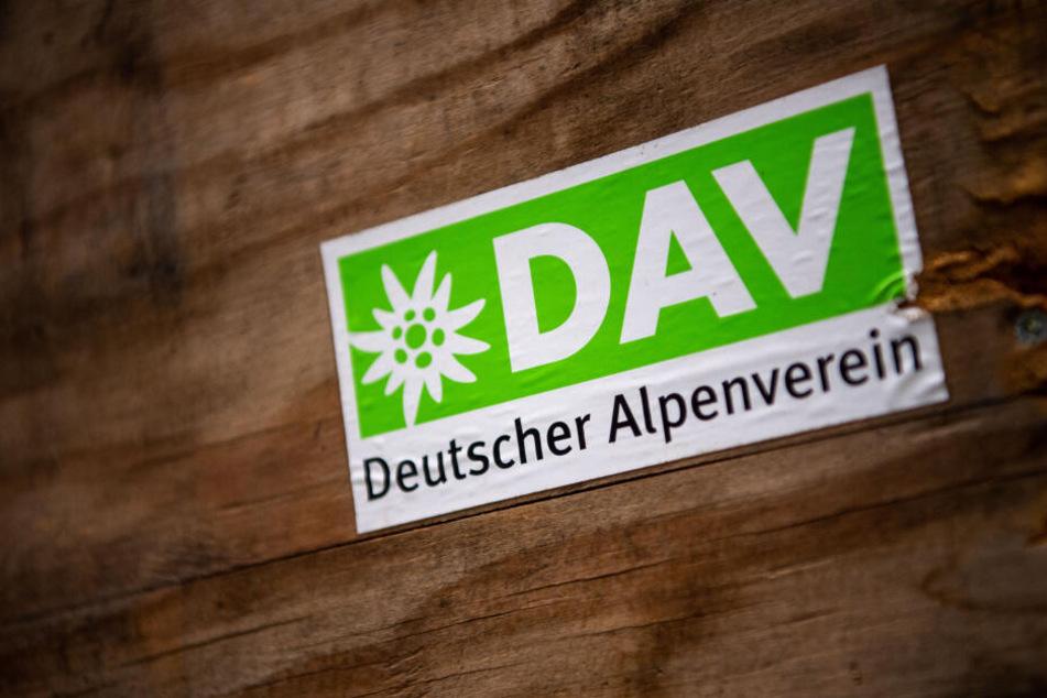 Das Logo des Deutschen Alpenverein (DAV) klebt auf einer Holzbox.