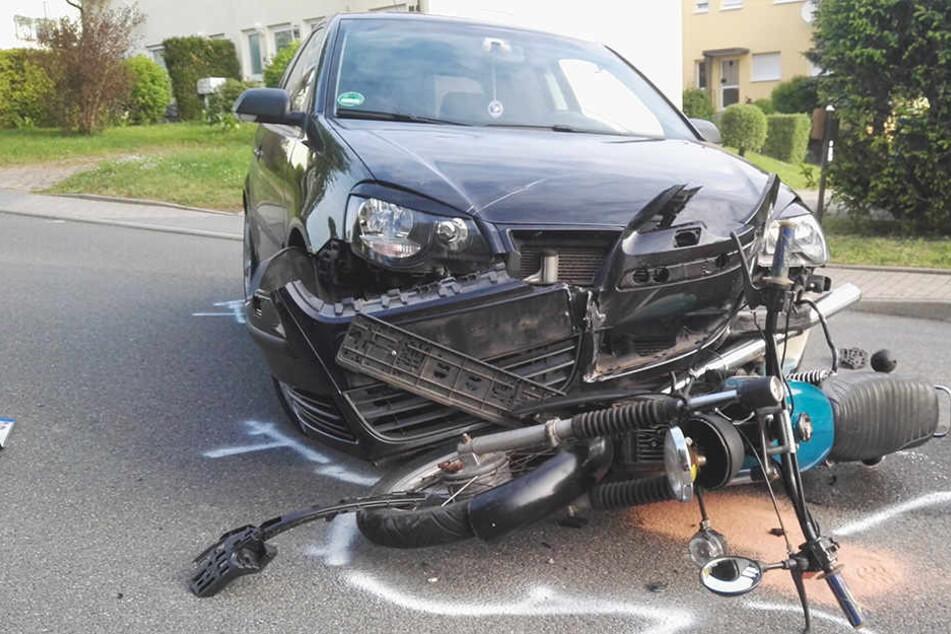 VW kracht frontal gegen Moped: 22-Jähriger verletzt