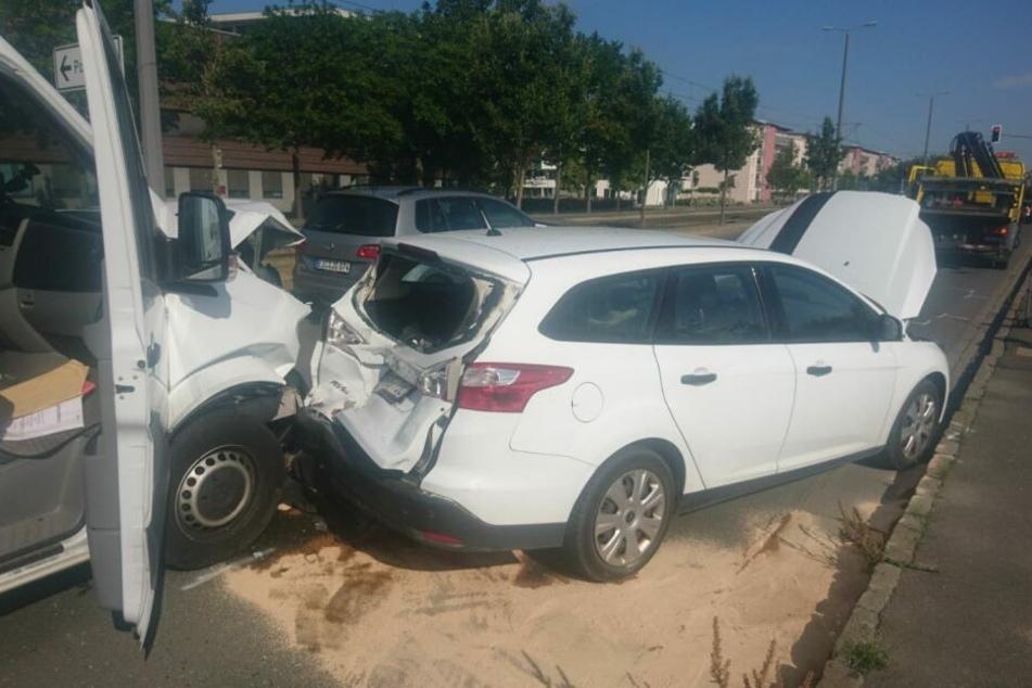 Die Autos wurden schwer beschädigt.