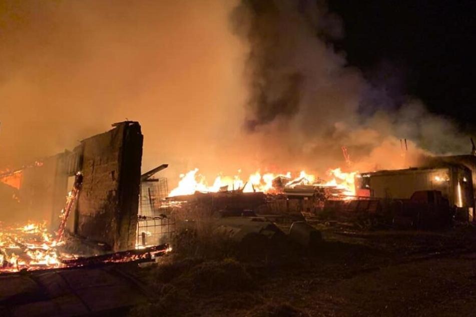 Die zwei Lagerhallen brennen aktuell immer noch.