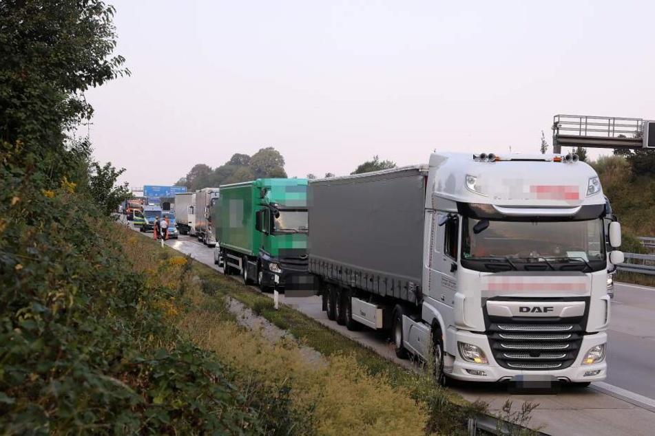 Vier Lkw sind hinter dem Dreieck Dresden-West ineinander gekracht.
