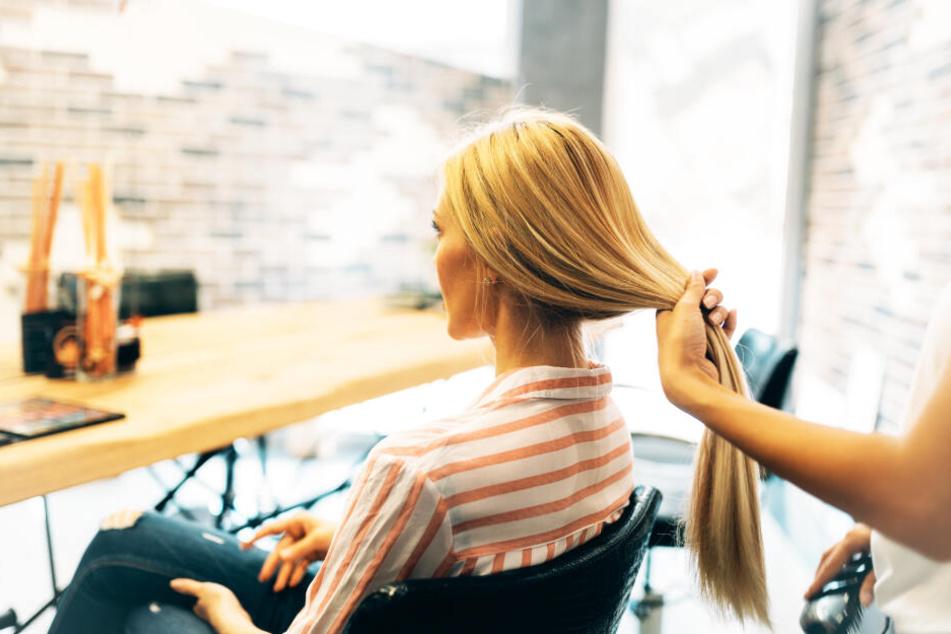 Die Friseurin ließ die Blondiercreme zu lange einwirken. (Symbolbild)