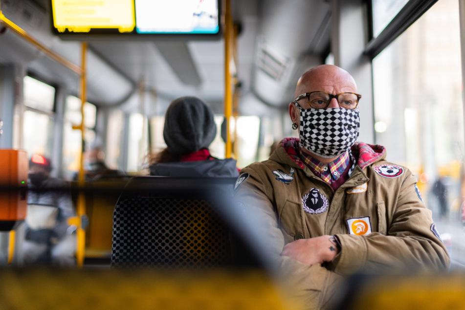 Durch den Lockdown sind deutlich weniger Fahrgäste in Bus und Bahn unterwegs.