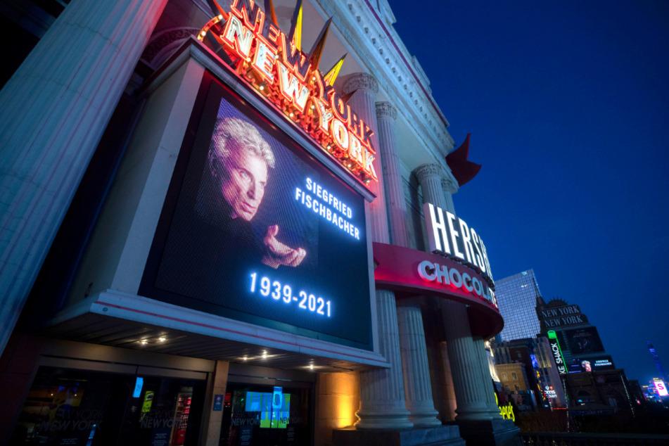 Ein Schild am New York-New York Hotel-Casino würdigt Siegfried Fischbacher.