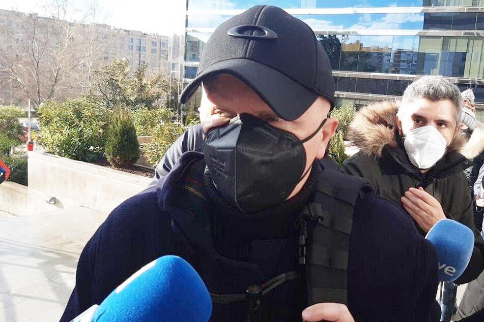 Der Spanier, der 2000 Tumore vortäuschte und damit Spenden in Höhe von 264.780 Euro erschlich, spricht mit Journalisten.