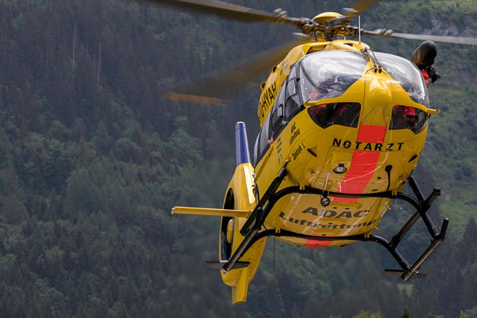 Mann (35) bei Arbeiten im Wald von Baumstamm getroffen und schwer verletzt
