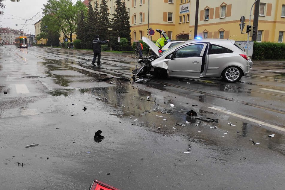 Der Opel hat bei dem Unfall ein Vorderrad verloren.
