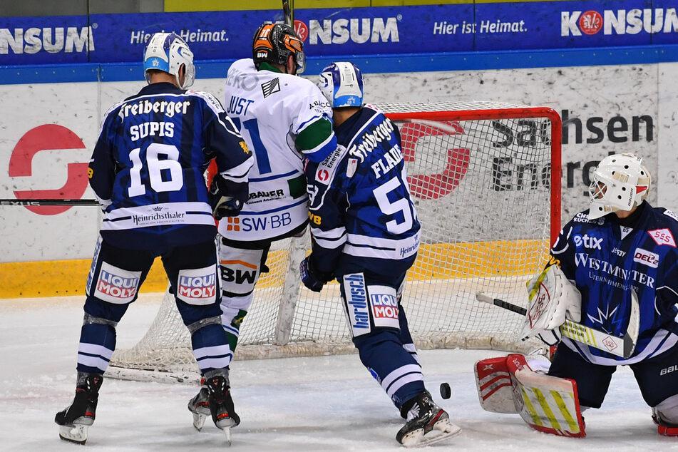 Die Eislöwen Thomas Supis (l.) und Lucas Flade (3.v.l.) versuchten, den Bietigheimer Robin Just vom Kasten des Dresdner Goalies David Miserotti-Böttcher wegzudrücken.