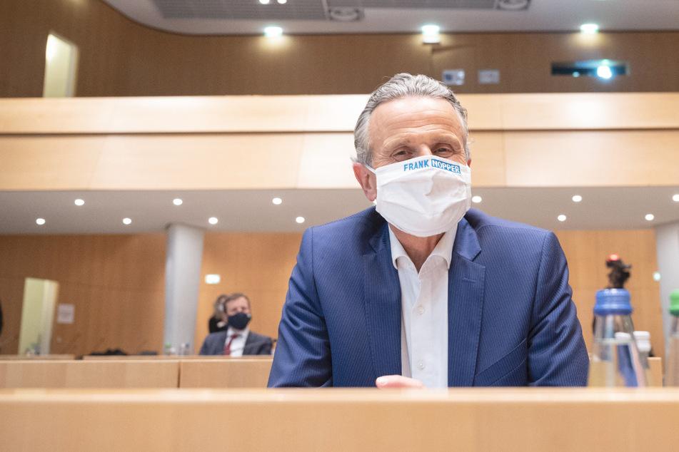 Frank Nopper (59, CDU) sitzt nach der Neuwahl im Rathaus im Großen Sitzungssaal.