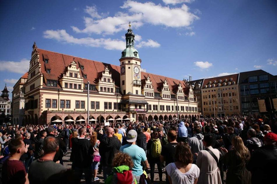 Etwa 300 Personen demonstrierten am Samstag auf dem Leipziger Marktplatz gegen die Corona-Maßnahmen. Auf die geltenden Abstandsregelungen wurde dabei wenig Rücksicht genommen.