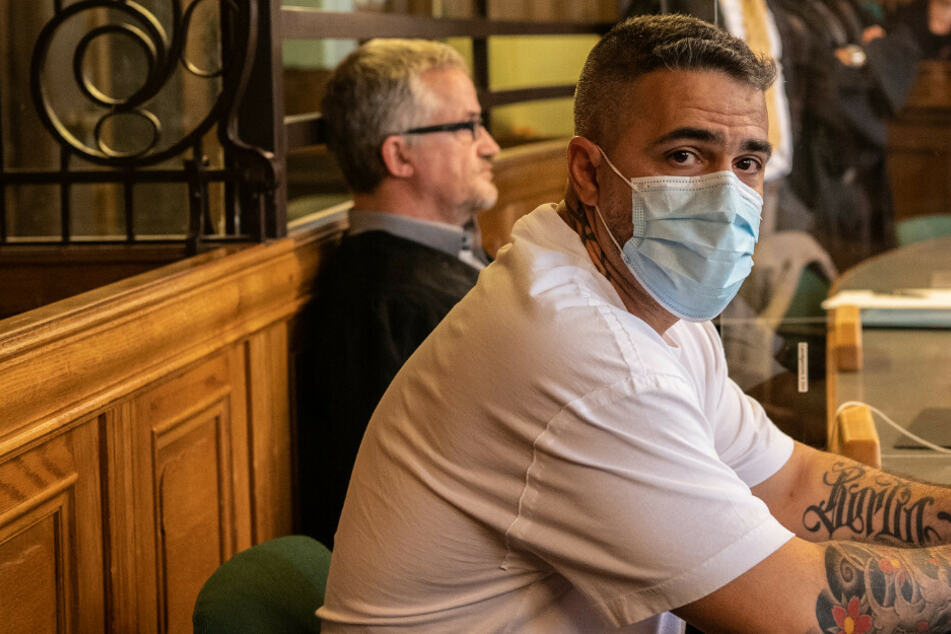 Bushido sitzt zu Beginn eines Prozesses gegen den Chef einer bekannten arabischstämmigen Großfamilie in einem Gerichtssaal des Landgerichts.