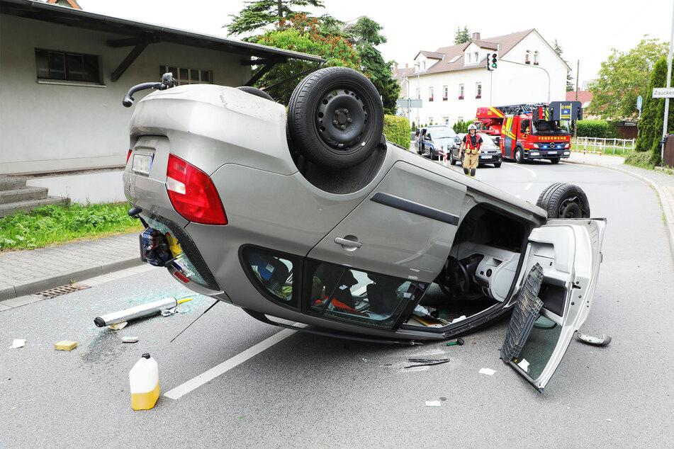 Rätselhafter Unfall: Skoda überschlägt sich, Feuerwehr muss Telefonmasten kürzen