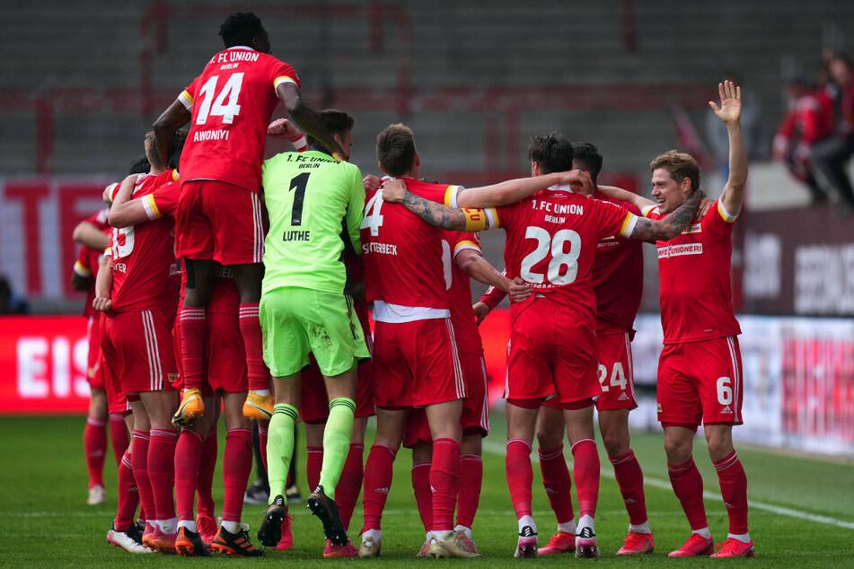 Nach dem Last-Minute-Sieg über RB Leipzig feiern die Spieler von Union Berlin den Einzug in die Conference-League-Qualifikation.