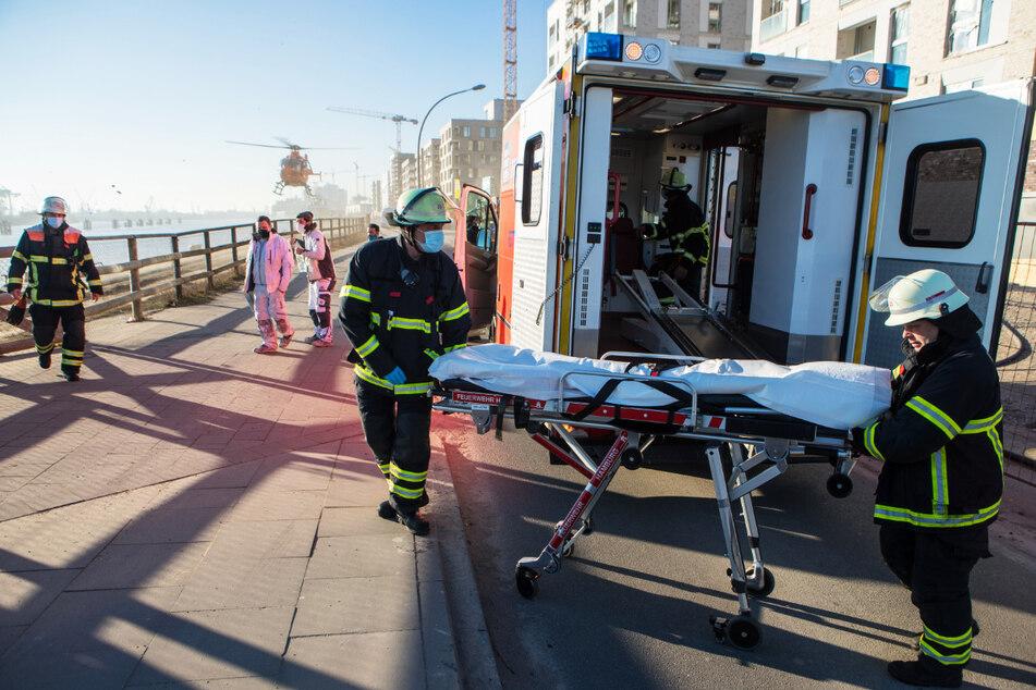 Drama in der Hafencity! Frau stürzt in eiskalte Elbe, Mann springt hinterher