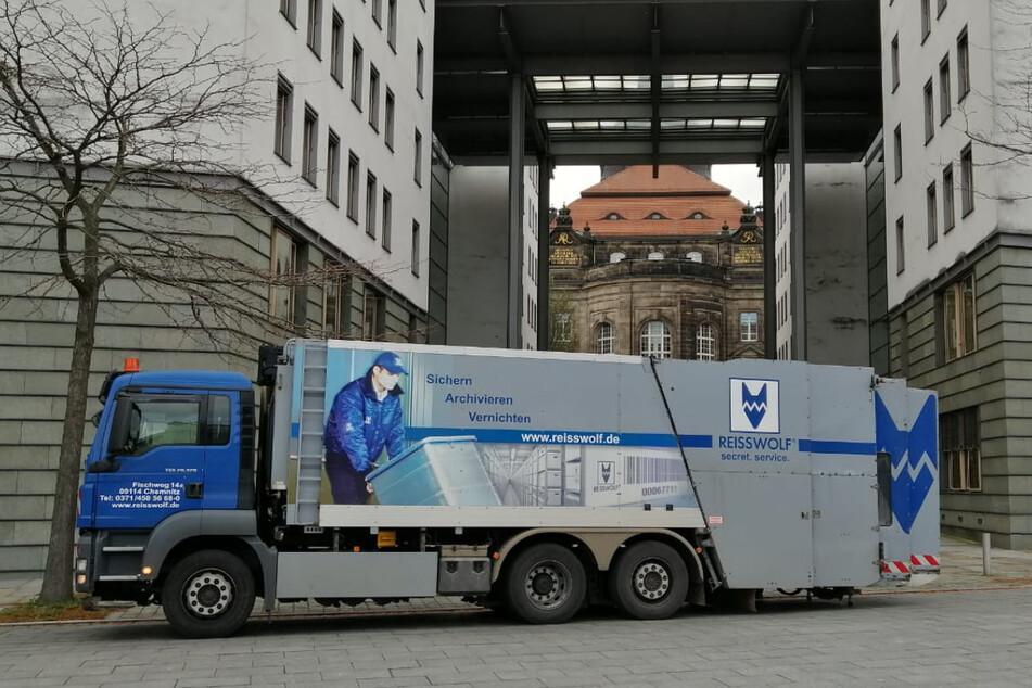 Ein fahrbarer Aktenvernichter der Firma Reißwolf im Dresdner Regierungsviertel.