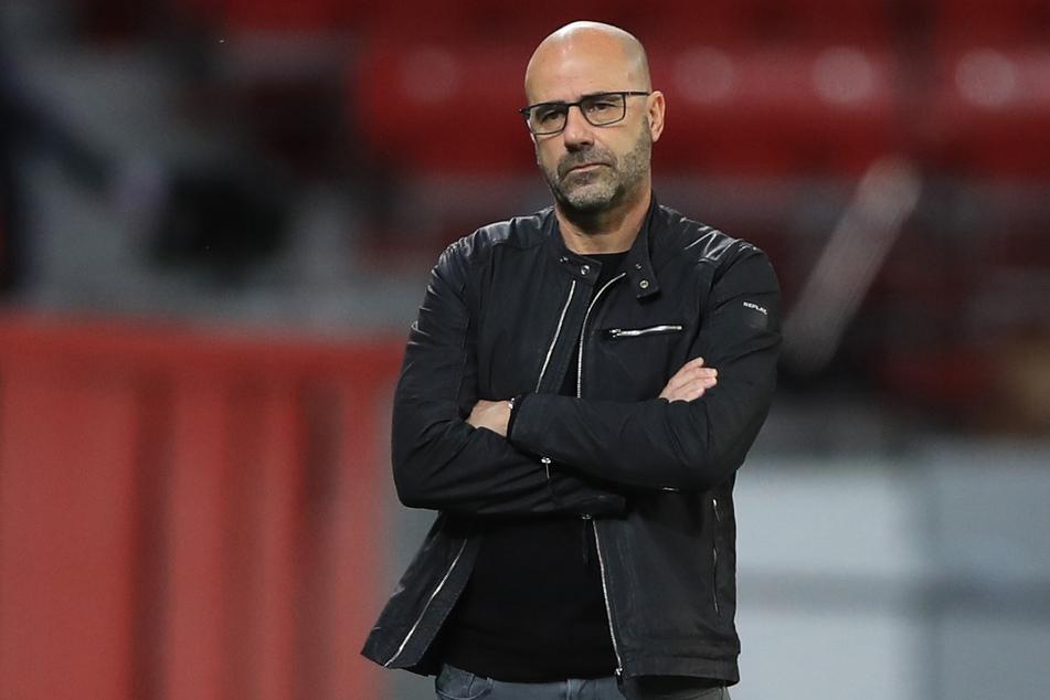 Bayer Leverkusens Trainer Peter Bosz (56) ist nicht zufrieden mit dem Kantersieg seines Ex-Vereins Ajax Amsterdam.