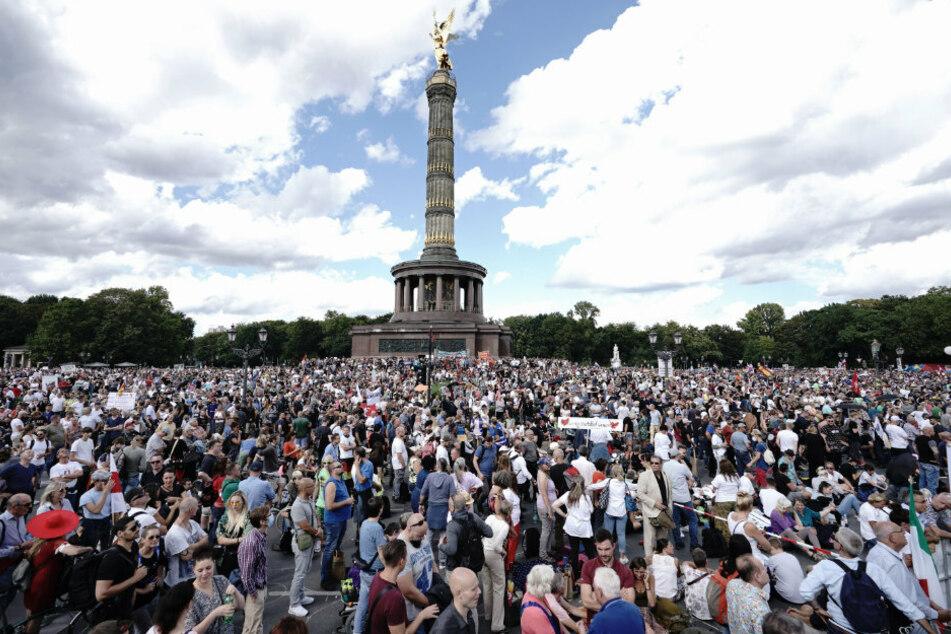 Teilnehmer einer Demonstration gegen die Corona-Maßnahmen stehen auf der Straße des 17. Juni und um die Siegessäule.